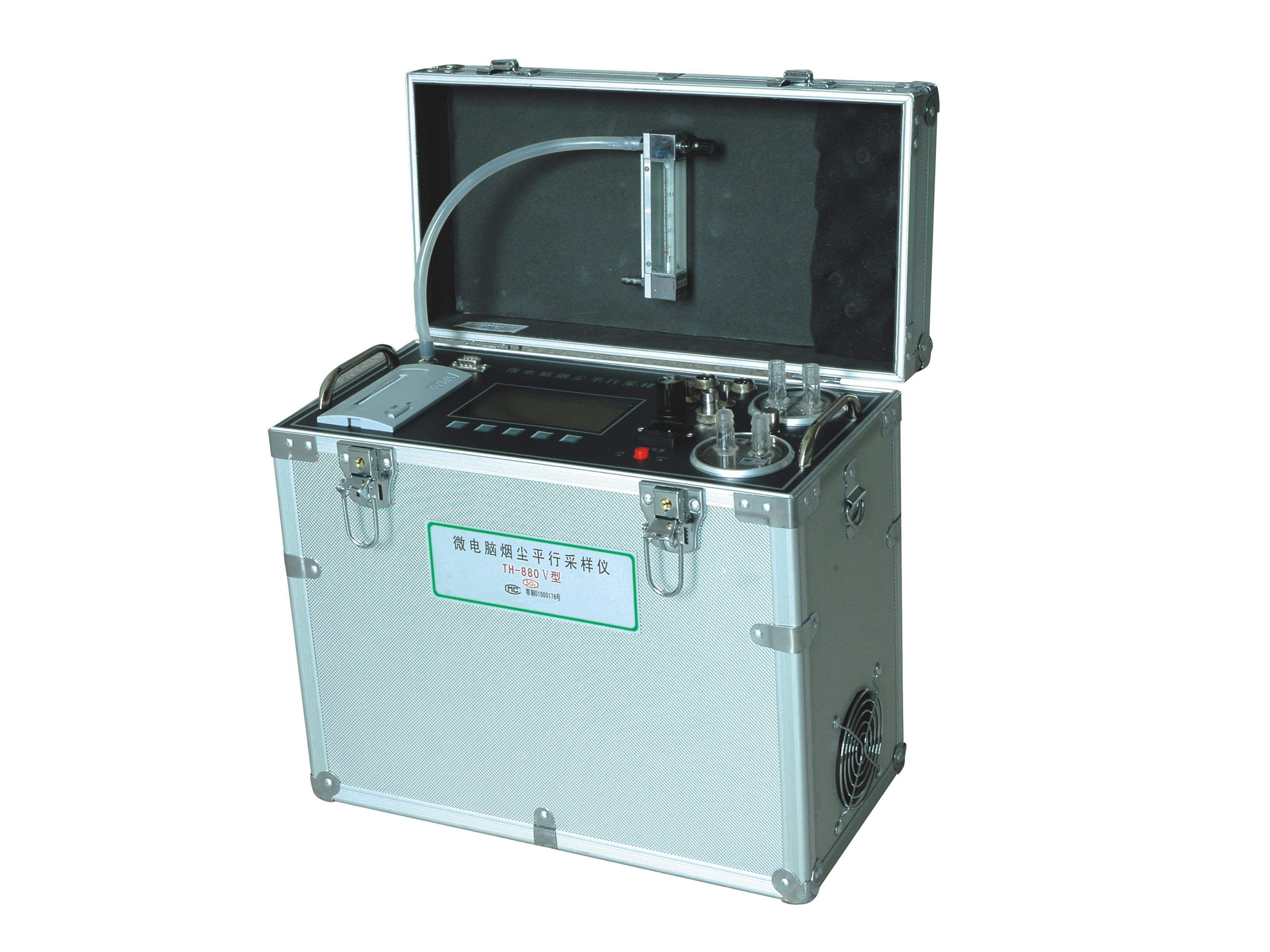 ZH-TH-880VI烟尘(油烟)采样仪器是我厂针对国内环监部门现状和国际发展的趋势,在国内同行中率先采用微电脑和高精度微差压传感器、干湿球温度传感器、温度热电偶等传感器的智能化烟尘(油烟)平行采样仪,保证了在各种复杂烟道内烟气流量动态变化较大的情况下使采样流量能保持等速,并能自动跟踪流量变化,从而减少人工调节误差和监测人员的劳动强度。广泛应用于工业炉窑锅炉等烟尘及饮食行业油烟排放浓度、排放量、除尘效率(及含氧量)多项参数的测定。本仪器采用皮托管平行采样法的原理,操作简便快捷,测量数据准确可靠,测量结果可