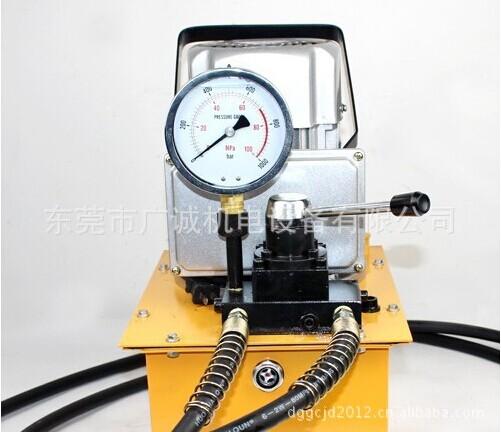 大排量超高压电动油泵使用说明书 ZCB-700A电动油泵系单相,三相异步电机、高压油泵、油箱等组成超高压油泵,具有体积小、压小高、重量轻、结构简单、使用方便等优点。该泵为了随时能观察工作时的压力变化,特设有装置压力表备用接口,以便用户安装压力表之用。 一、技术参数 型号 ZCB-700A 额定工作压力 70MPA 低压/高压流量 3.