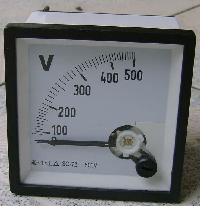 72L1交直流电流电压表,有功、无功功率表、功率因数表、频率表,转速表 产品型号:72L1、72C1、72T1 一、用途与结构 72L1、72C1、72T1仪表适用于配电盘、试验装置、电子仪路等监测电路中的直流电流、电压、交流电流、电压、频率、功率因数、有功功率、无功功率和同步指示。 仪表采用先进的磁电系内磁式测量机构,配上相应的变换器进行测量。 二、主要技术参数 仪表准确度等级: 72C1、72L1、72T1-A、V 1.