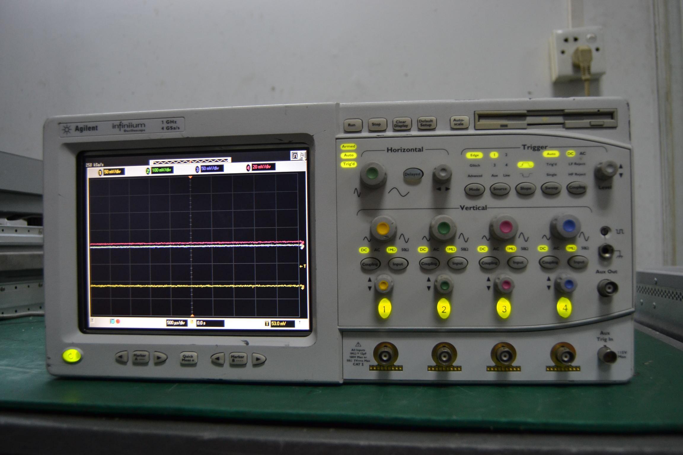 54833A Infiniium示波器:双通道、1GHz带宽、高达4 GSa/s采样率   Agilent Infiniium 54833A是目前市场上价格最便宜的1 GHz示波器。 54833A是新一代深内存示波器,目前提供前所未有的128 Mpts存储器。 借助先进的MegaZoom技术,您即使在深内存状态时也能得到即时响应,利用最好的分辨率揭示快速事件,高达16 Mpts的的存储器选件,价格依然诱人。1 GHz的带宽和高达4 GSa/s的采样率确保快速,精确的捕获波形。 特性 1 GHz带宽 高达4